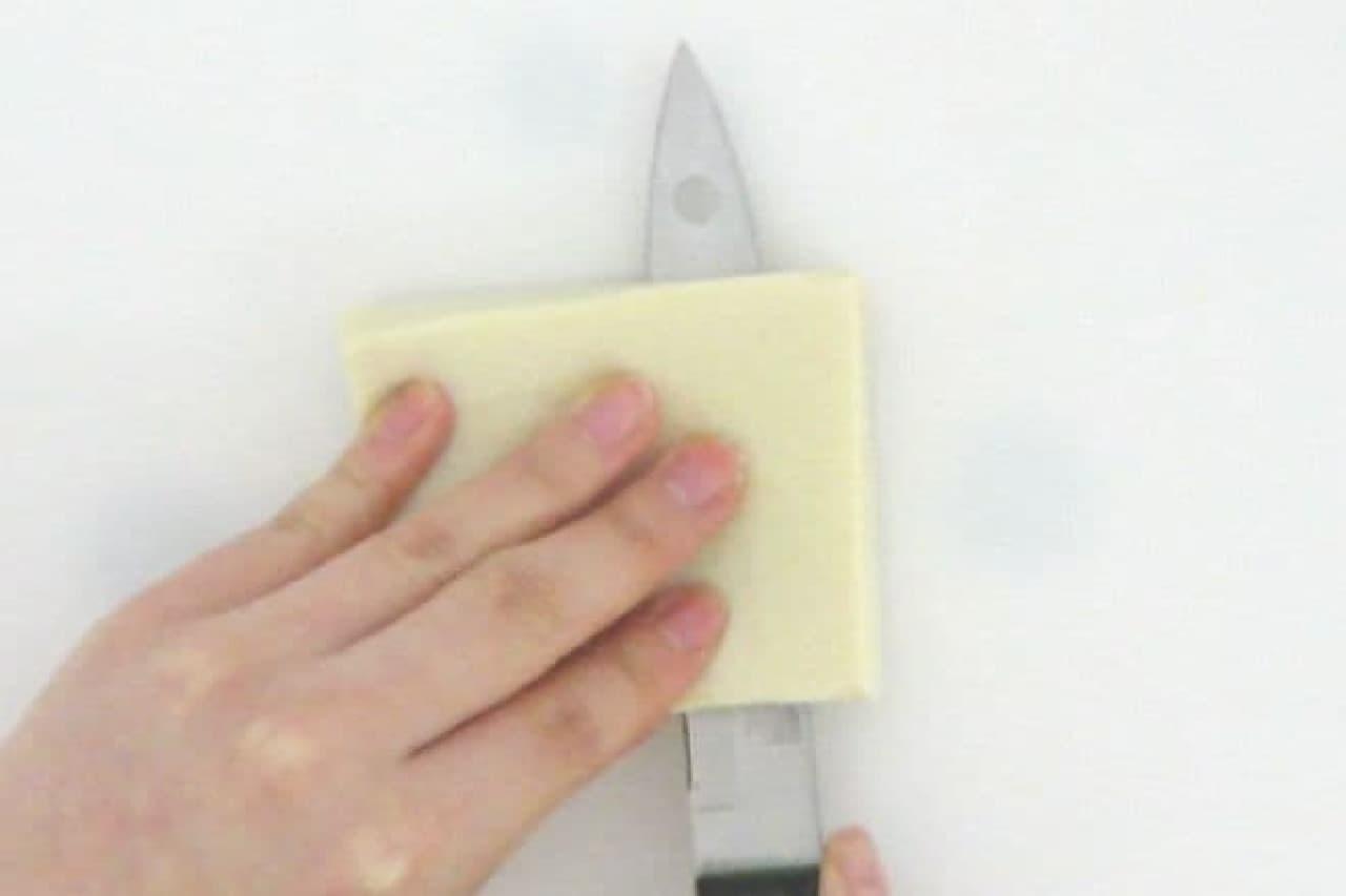 高野豆腐を薄くスライスするところ