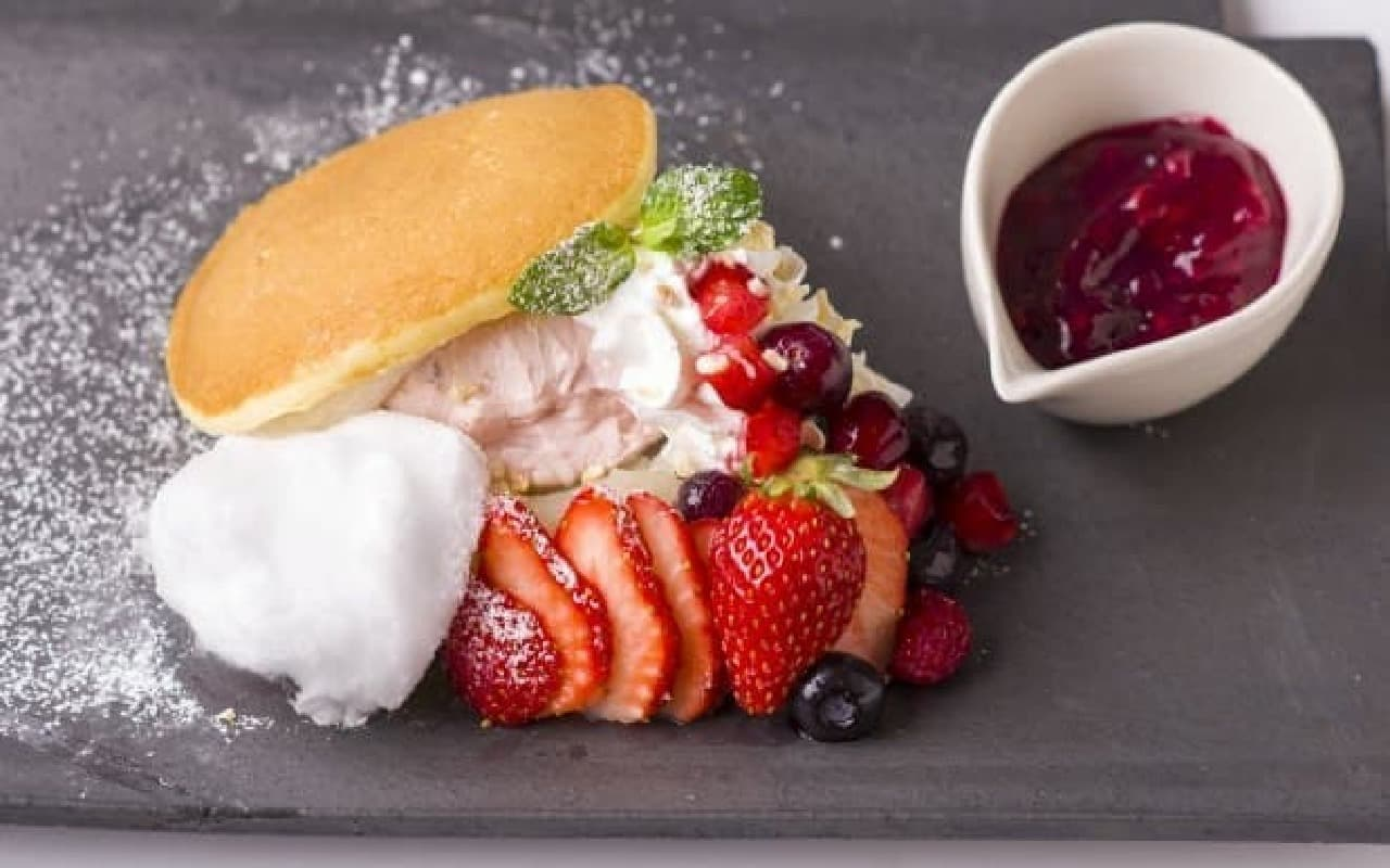 kawara CAFE&DINING「苺とべリーのどらサンド」
