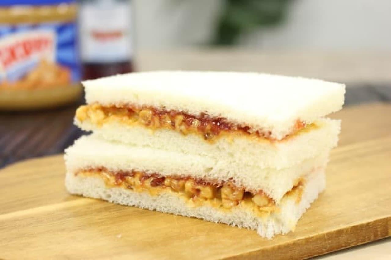 ピーナッツバターとジェリーのサンドイッチ