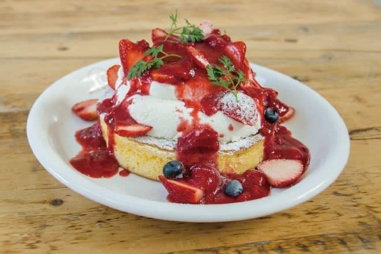 カフェ アクイーユ「いちごのレアチーズパンケーキ」