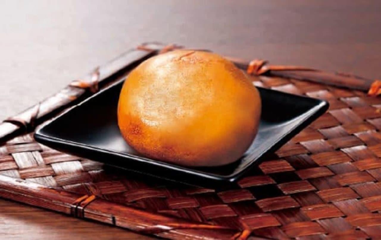 「天ぷら新宿つな八」と「新宿中村屋」が共同開発した「新宿揚げ饅頭」酒香まんじゅう