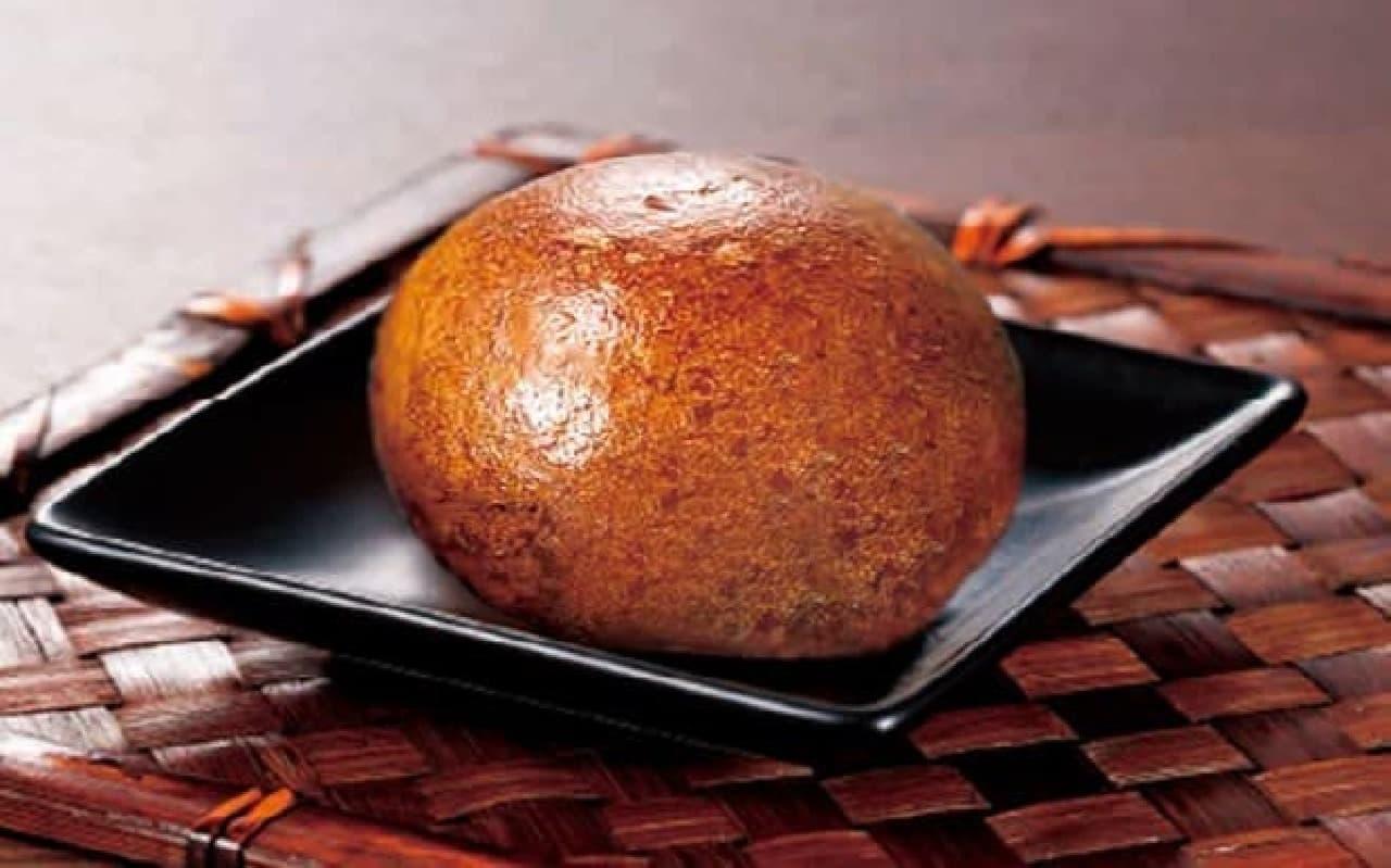 「天ぷら新宿つな八」と「新宿中村屋」が共同開発した「新宿揚げ饅頭」黒糖まんじゅう