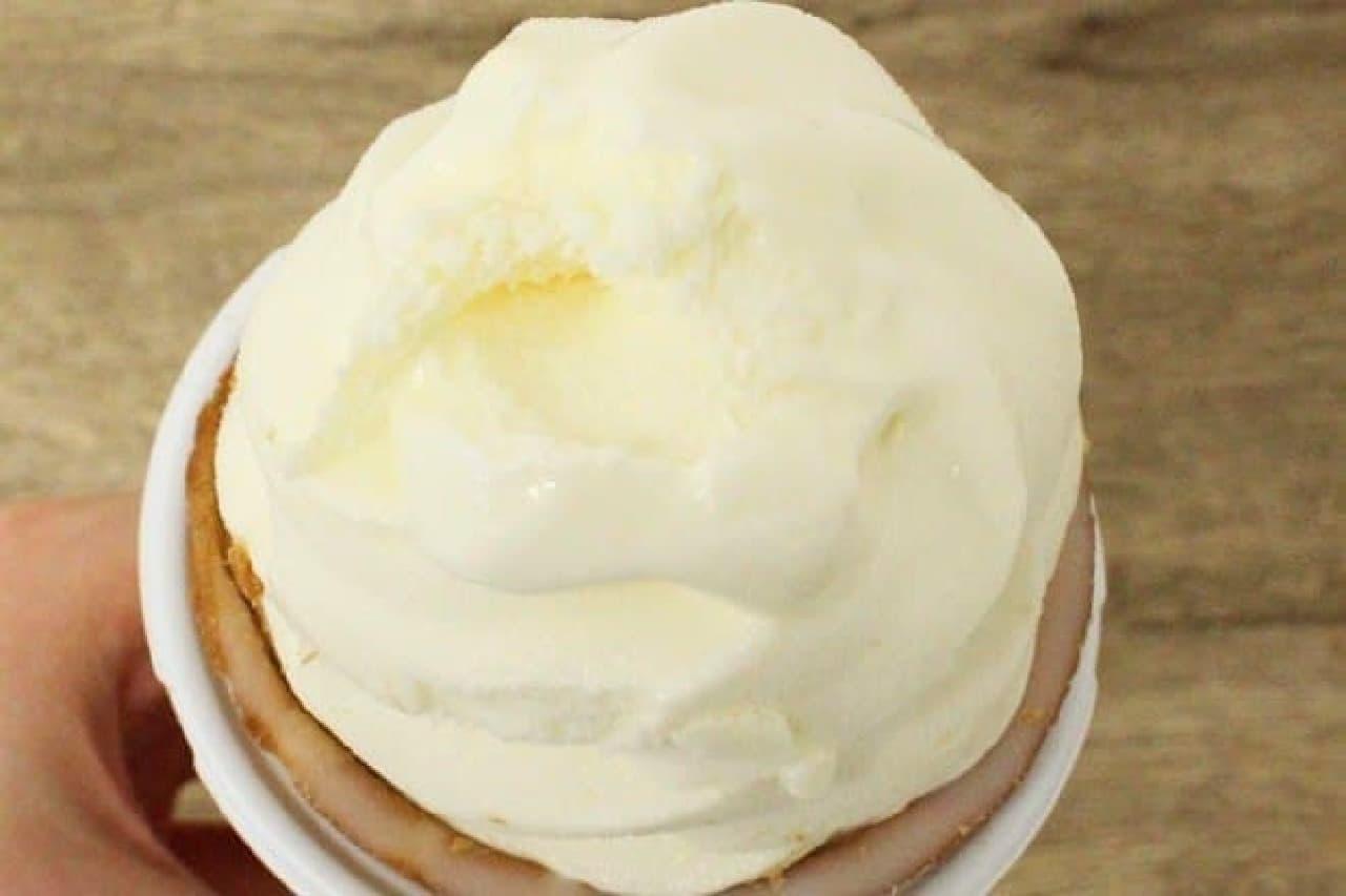 セブンプレミアム ワッフルコーン チーズ in チーズ ~とろ~りチーズソース入り~