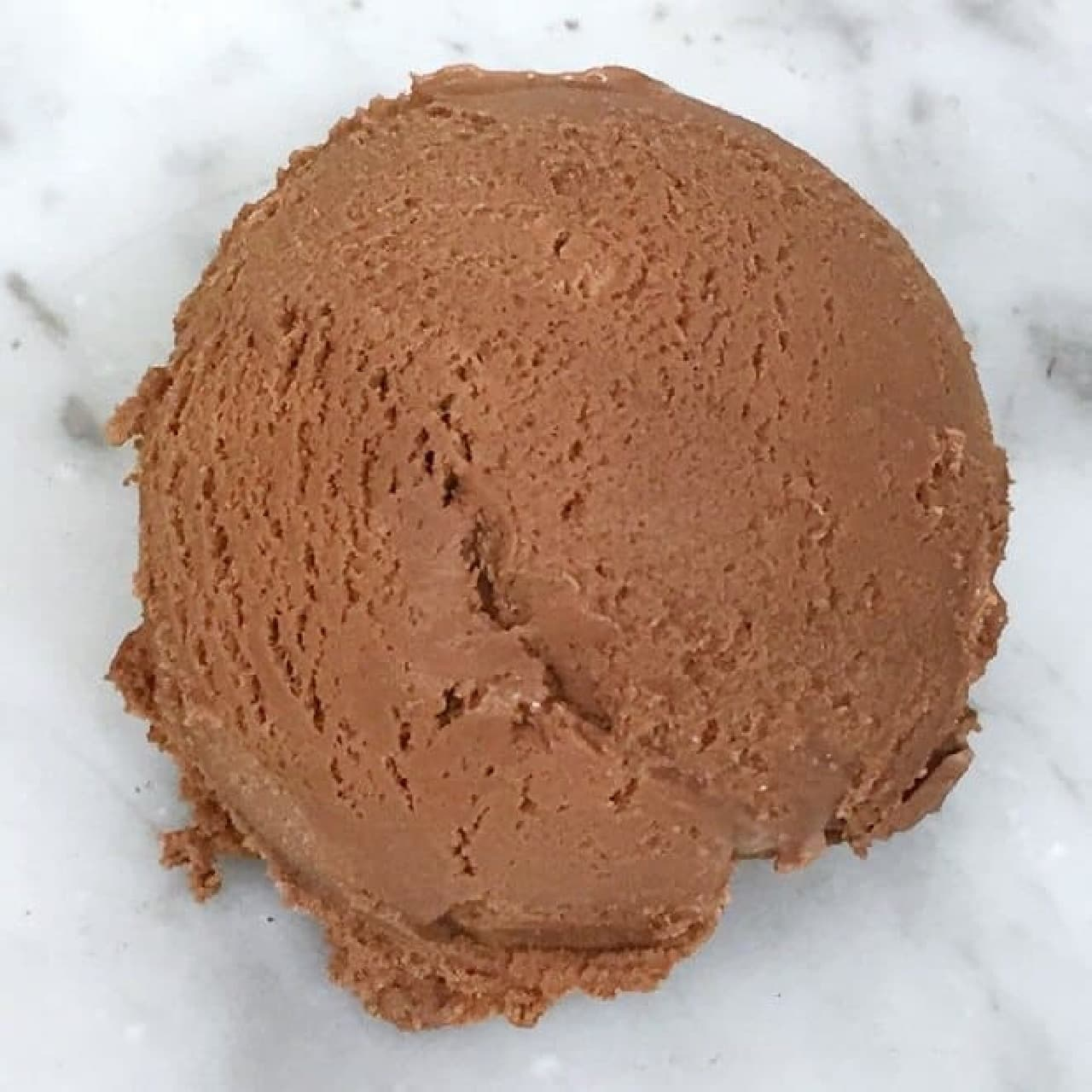 「6種のカカオアイスクリーム」は、モンロワールのチョコレート職人が1年以上の期間を費やして開発したアイスデザート