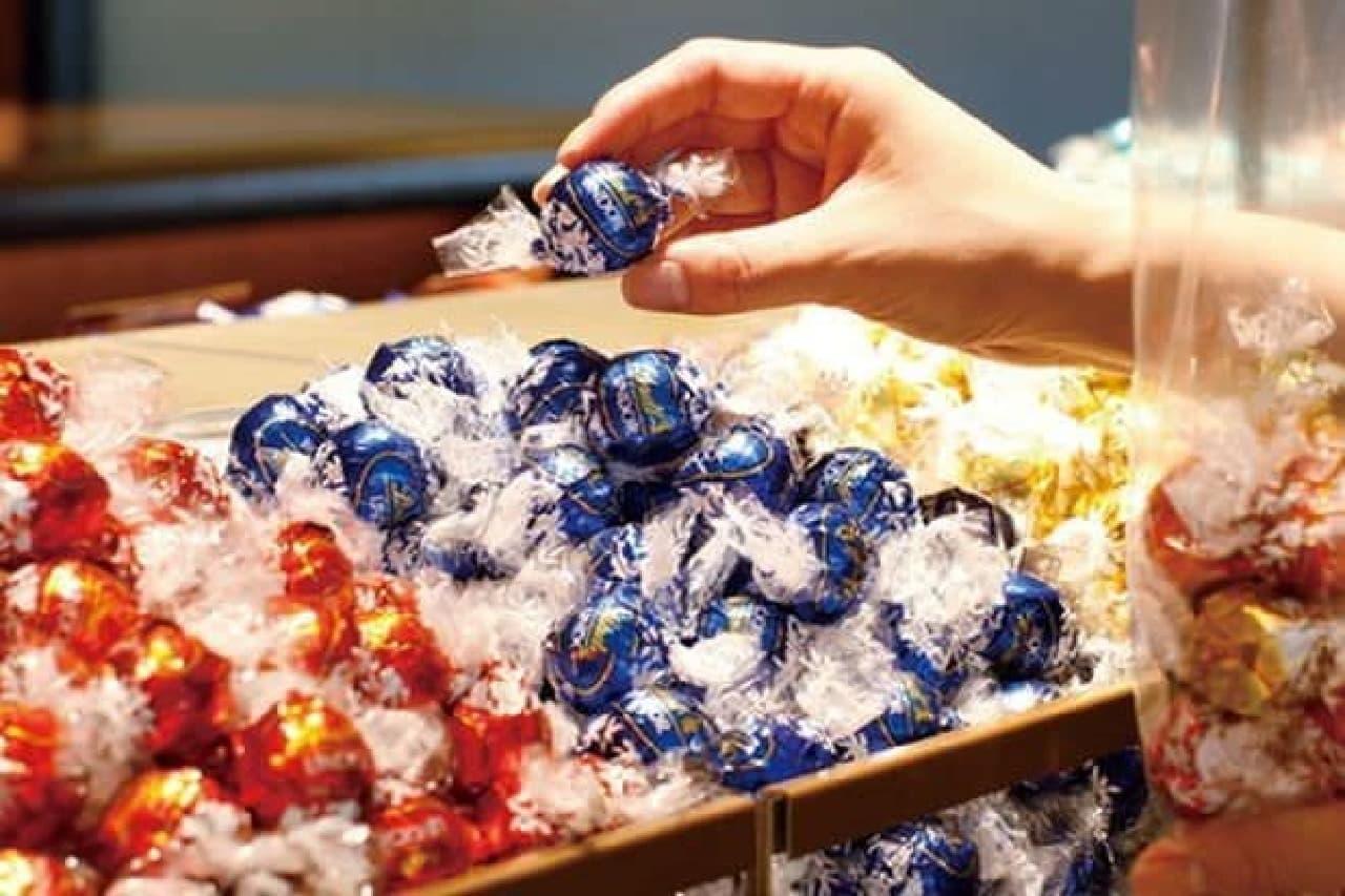 「リンドール」は、スイスの歴史あるプレミアムチョコレートブランドLindt(リンツ)で最も高い人気を誇るチョコレートシリーズ