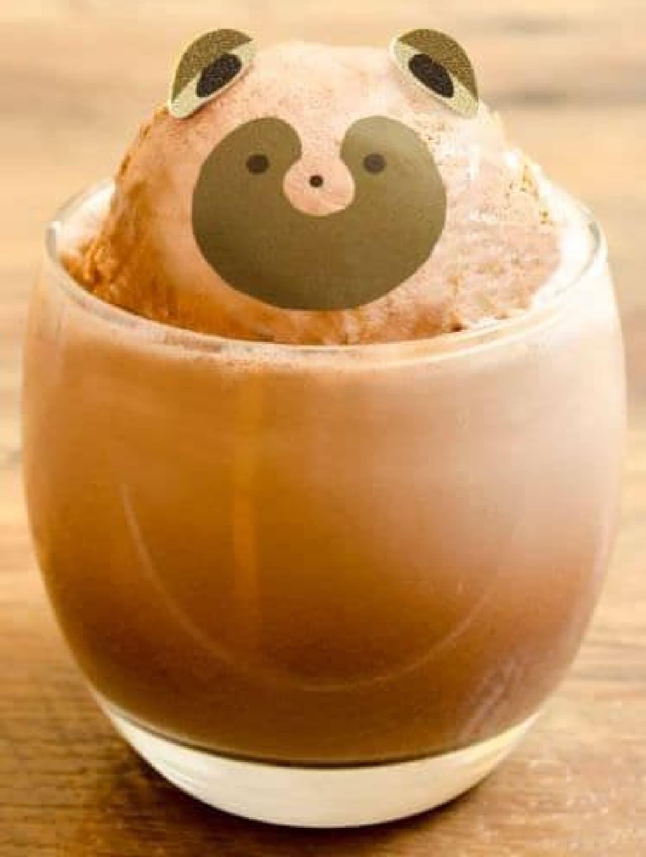 アイスココアの上にタヌキの顔をしたアイスが乗った、かわいらしいタヌキのアイスココアフロート
