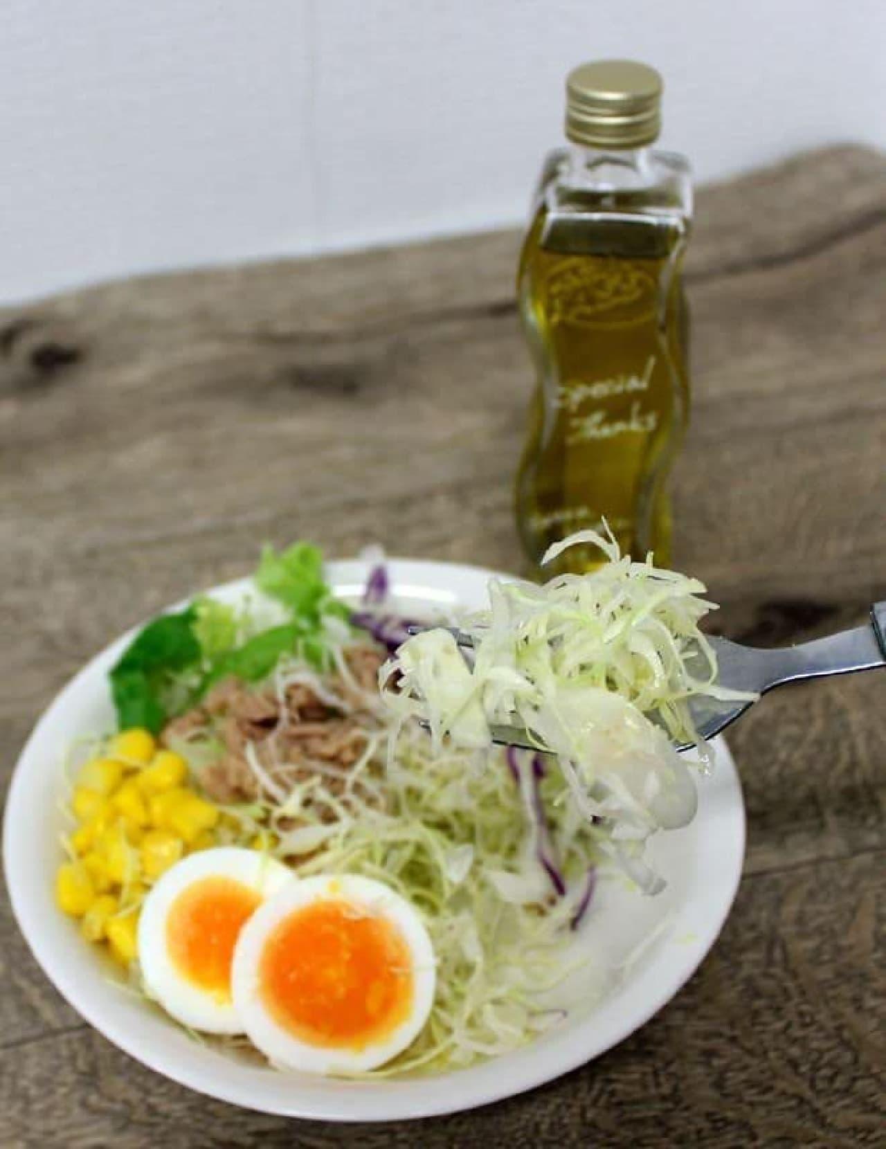オレンジフレーバーのオリーブオイル「アランチャ」をかけたサラダ