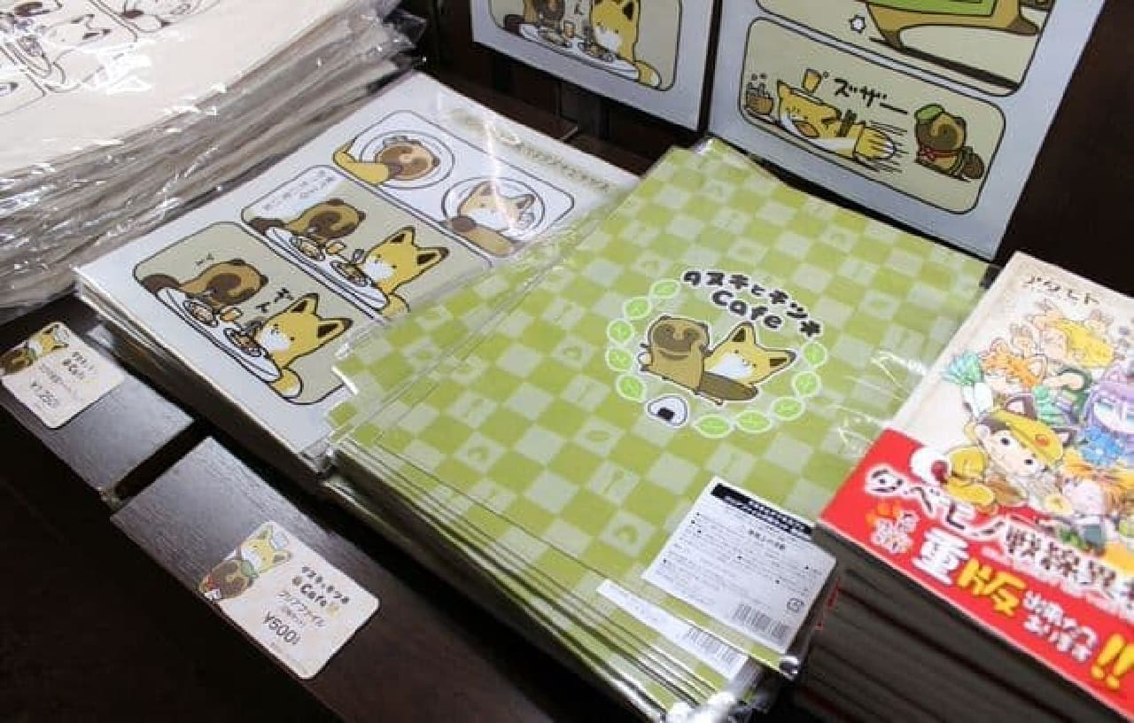 アタモト氏が描く「タヌキとキツネ」と東京渋谷のカフェ「BOMA TOKYO」が初コラボレーションした「タヌキとキツネCafe」