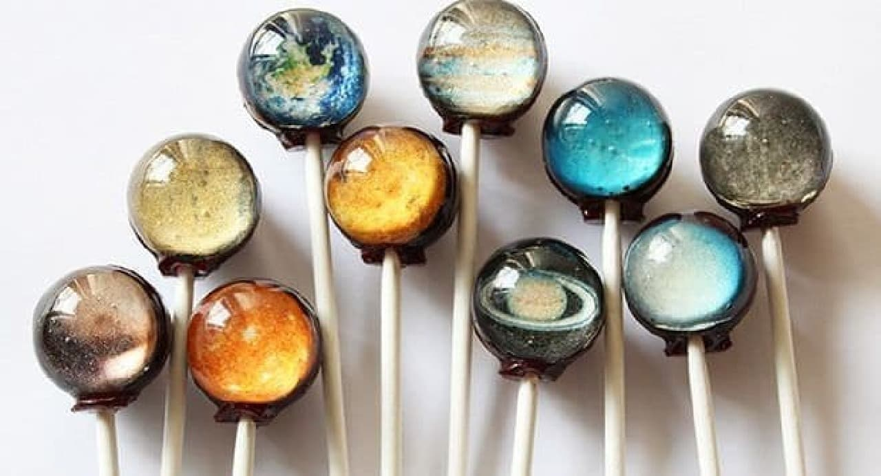 「惑星キャンディ」は、宇宙を閉じ込めたような美しいデザインのキャンディ