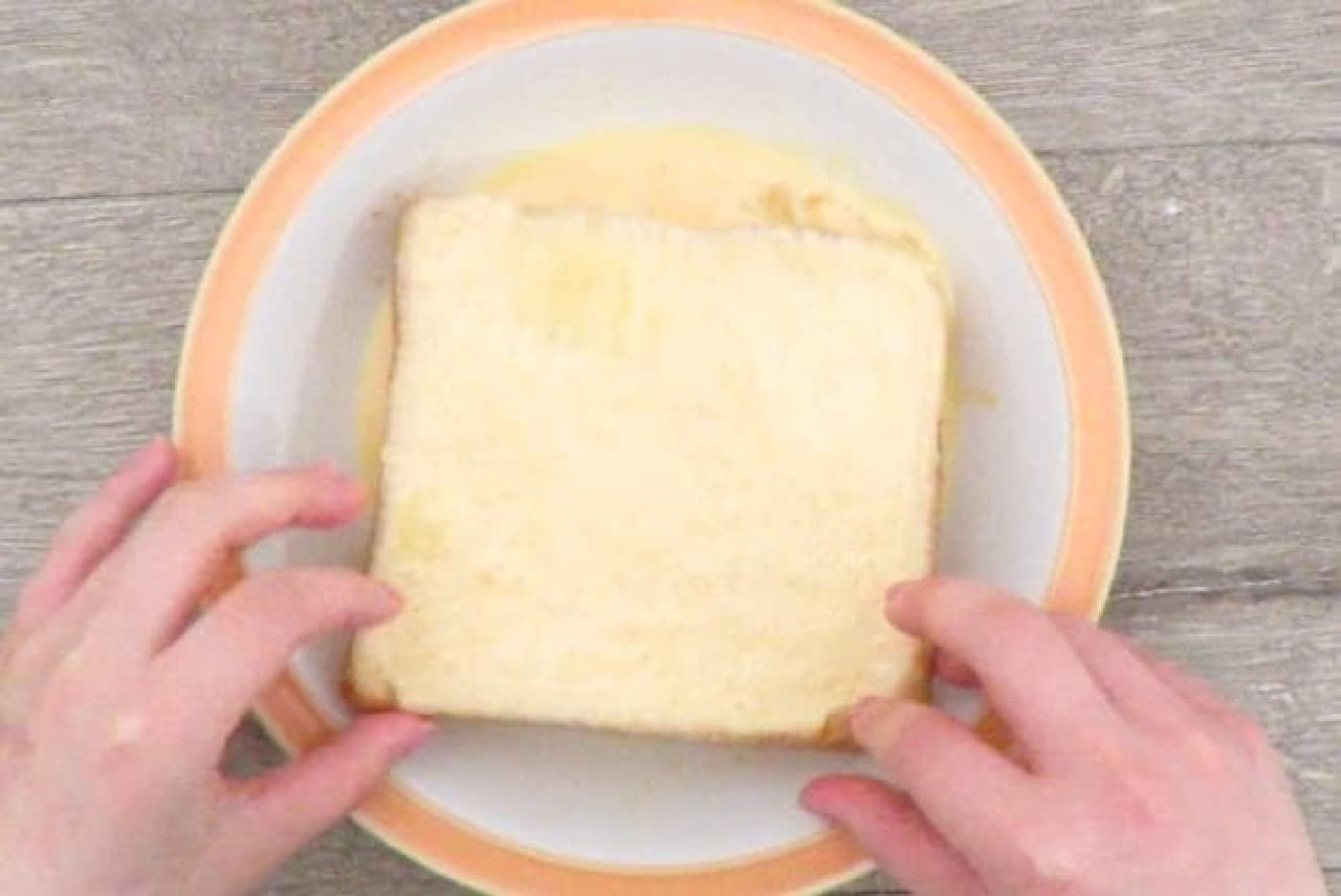 卵液に食パンを浸すところ