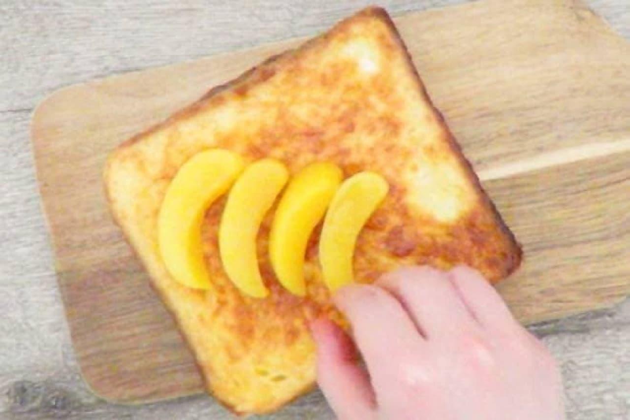 黄桃をのせているフレンチトースト