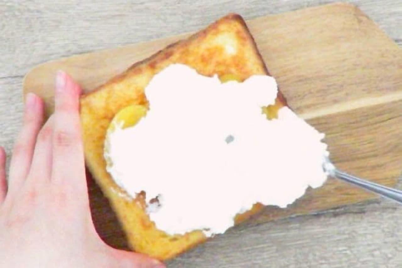 生クリームをのせているフレンチトースト