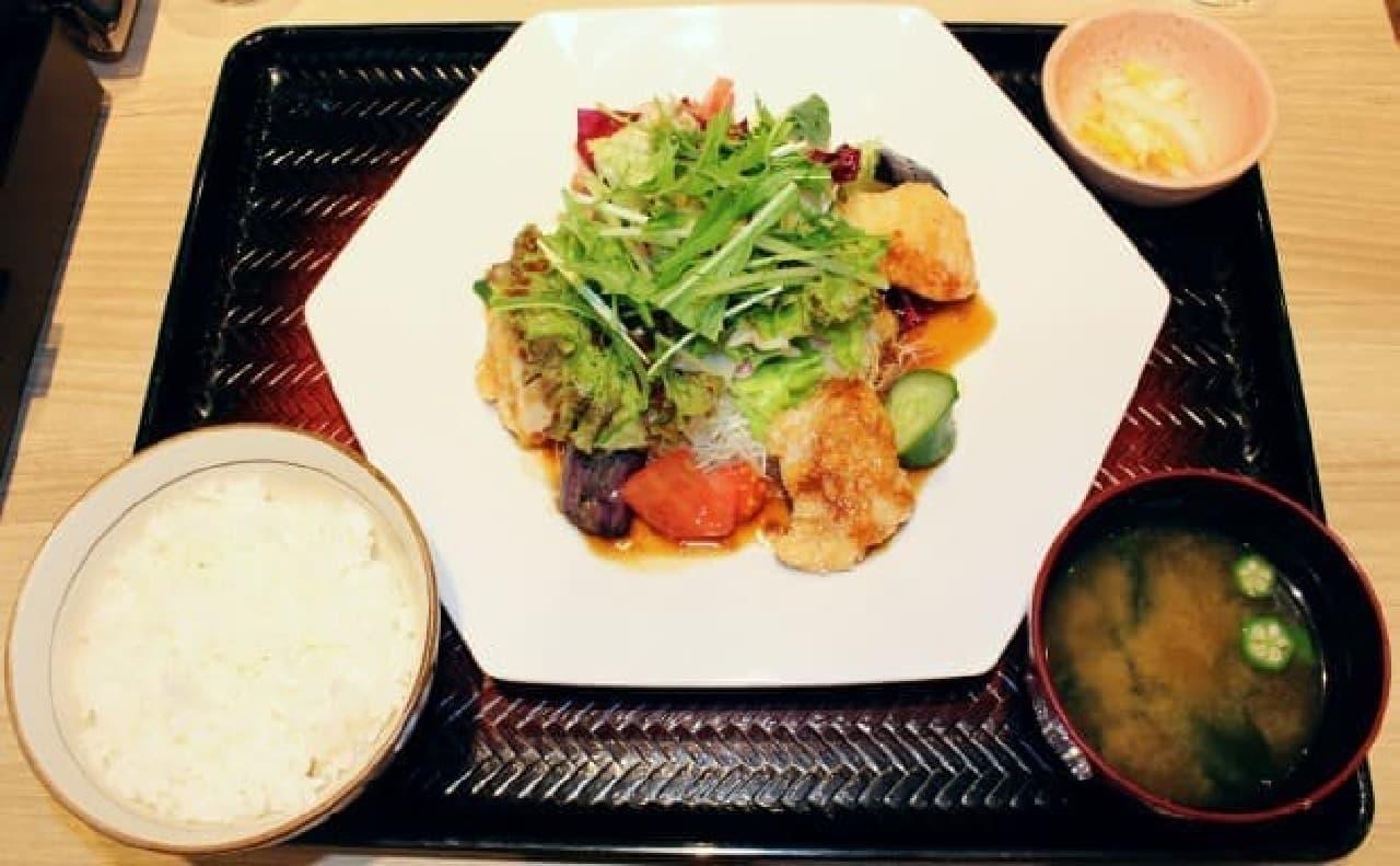 大戸屋「鶏むね肉とたっぷり野菜の香辛だれ定食」