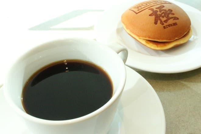 """「ワンダ 極 """"深煎りの極み""""体験イベント」のコーヒーとどら焼き"""