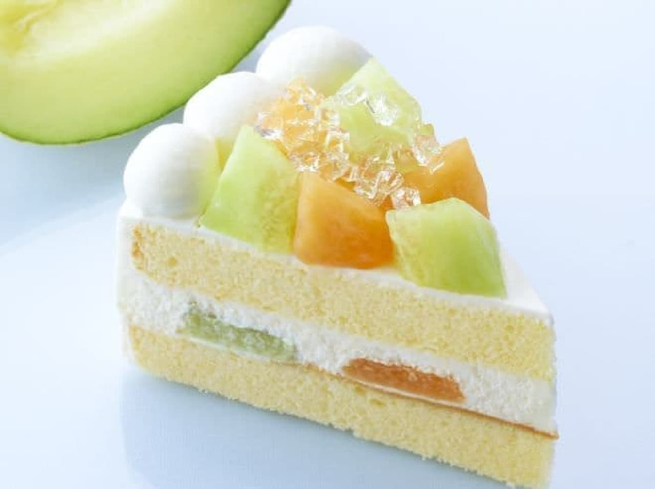 「贅沢ダブルメロンショート」は、さっぱりした味わいの青肉メロンとマイルドな甘みの赤肉メロンを贅沢に使用したショートケーキ