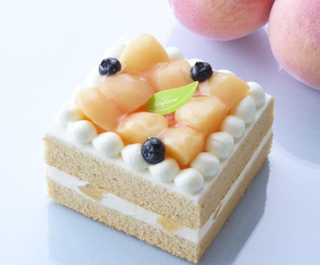 「ピーチ&ティーシフォンケーキ」は、紅茶が香るシフォンで白桃ダイス入りピーチクリームをサンドしたケーキ