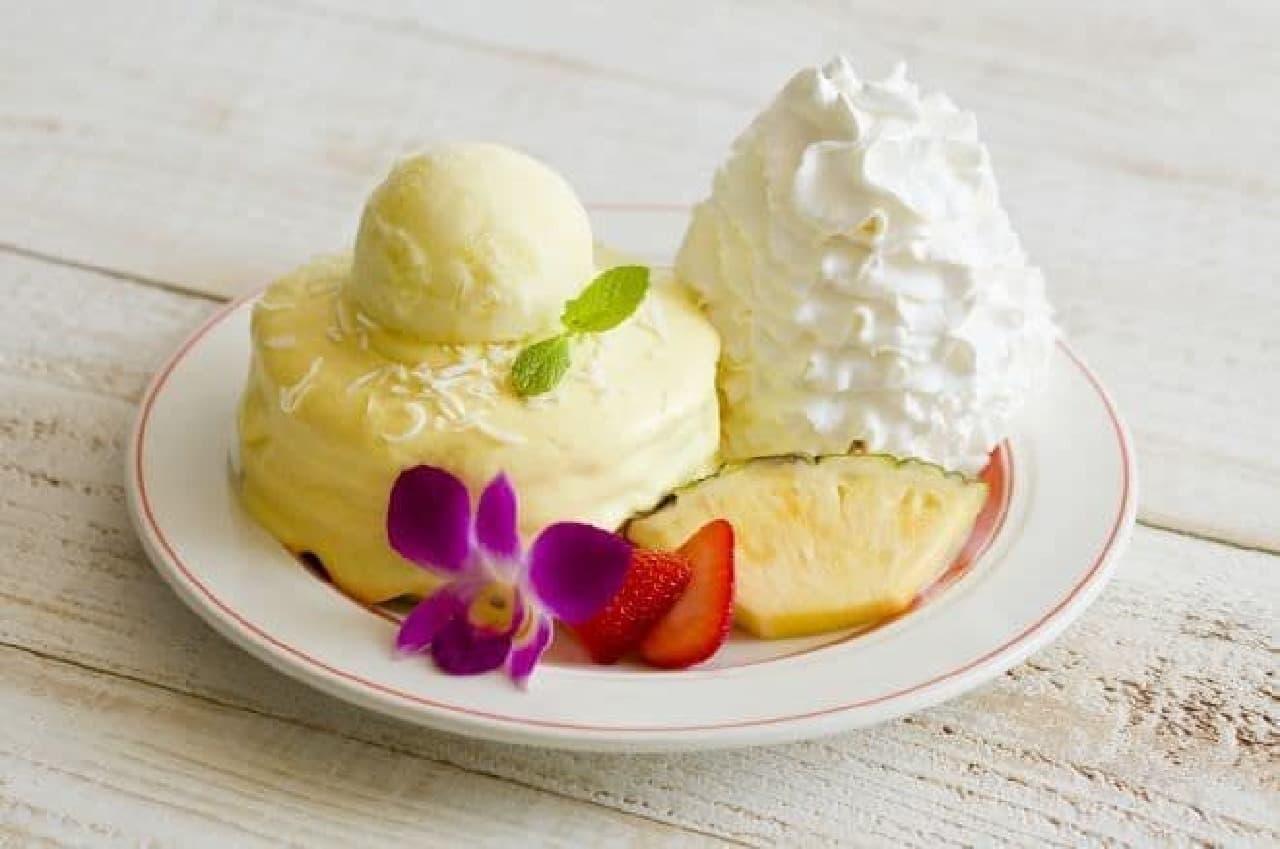 「パインココ・パンケーキ」は、パイナップルのカスタードクリームがたっぷりとかけられた夏らしいパンケーキ