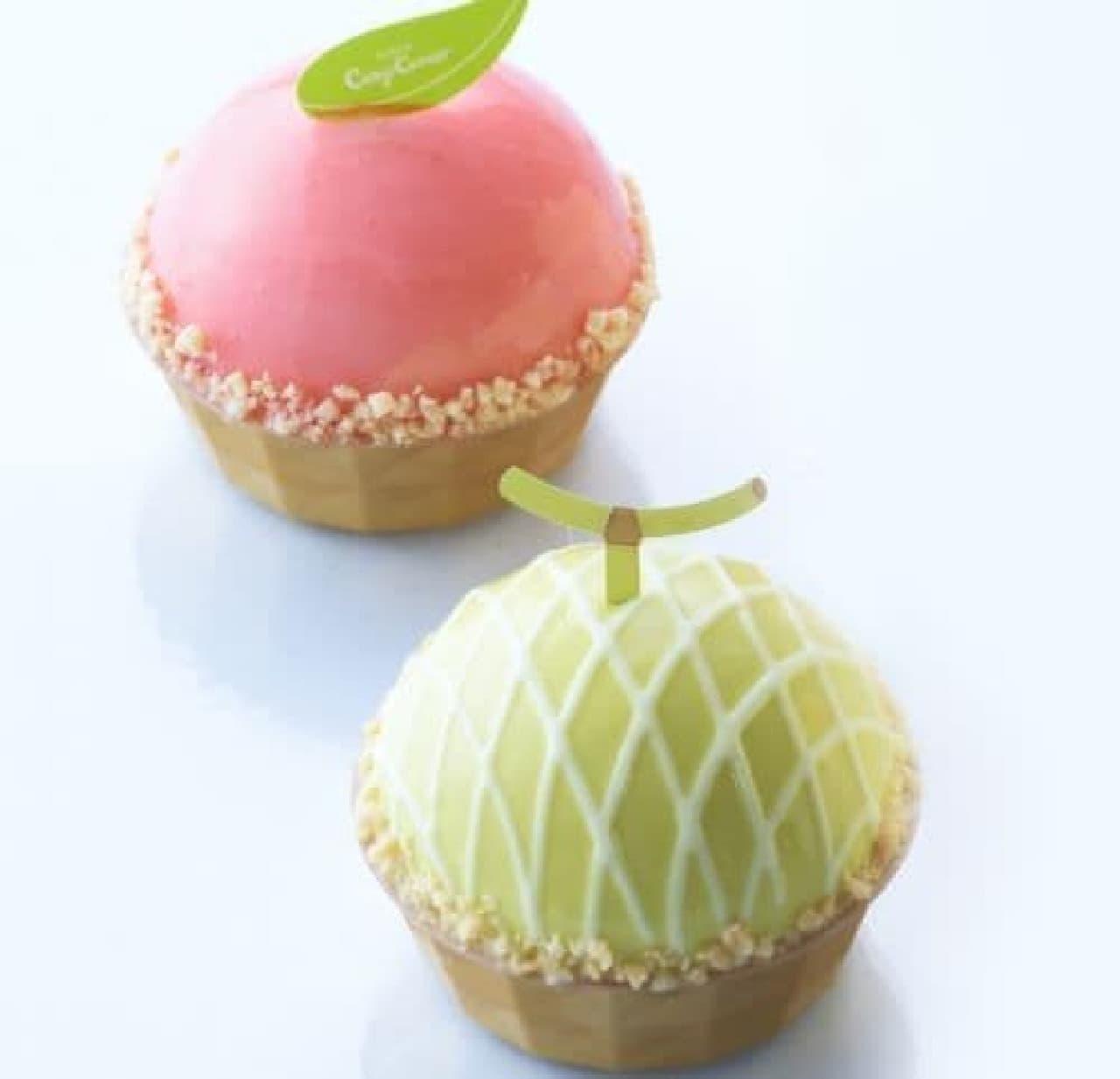 「ピーチドーム/メロンドーム」は、ミルククリームを白桃ムースまたはメロンムースで包んだかわいいドームケーキ
