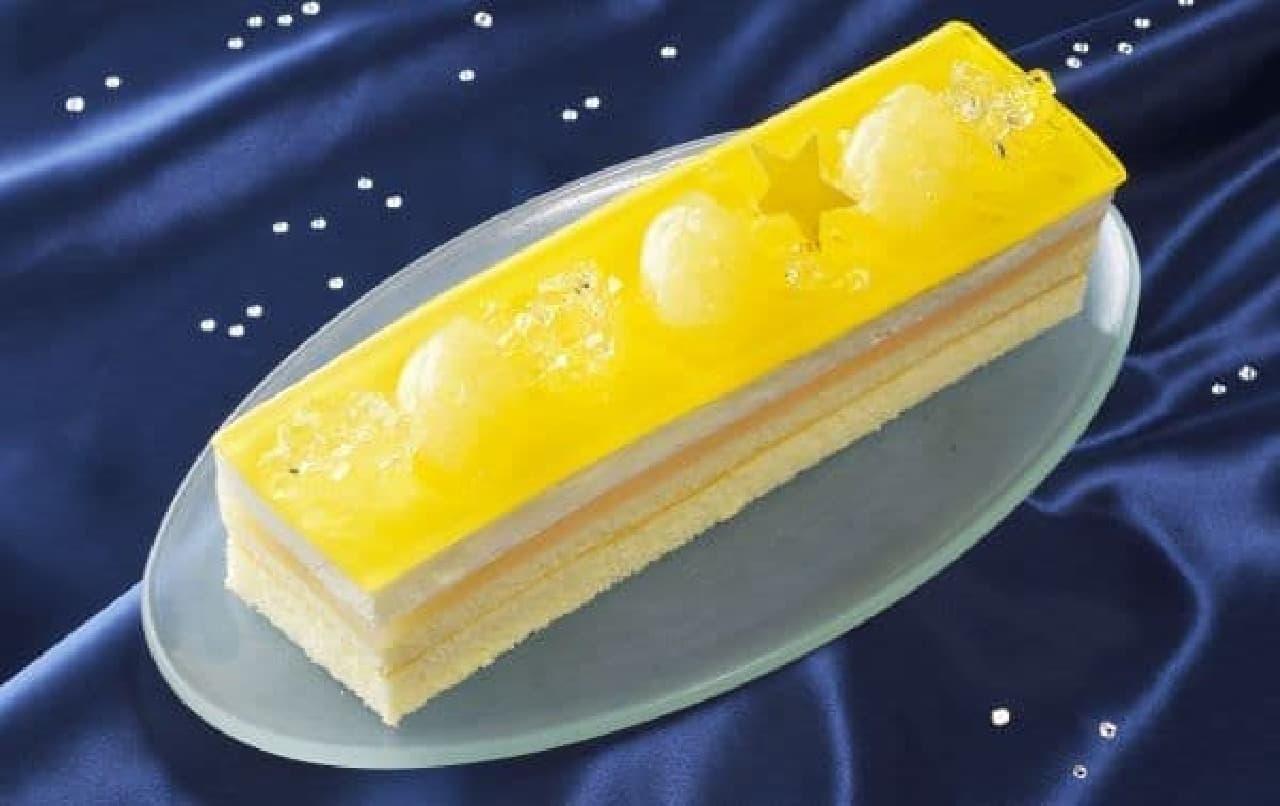 「チーズとレモンのサマーケーキ」は、レモン風味クリームをスポンジでサンドしゼリーとチーズムースを重ねたケーキ