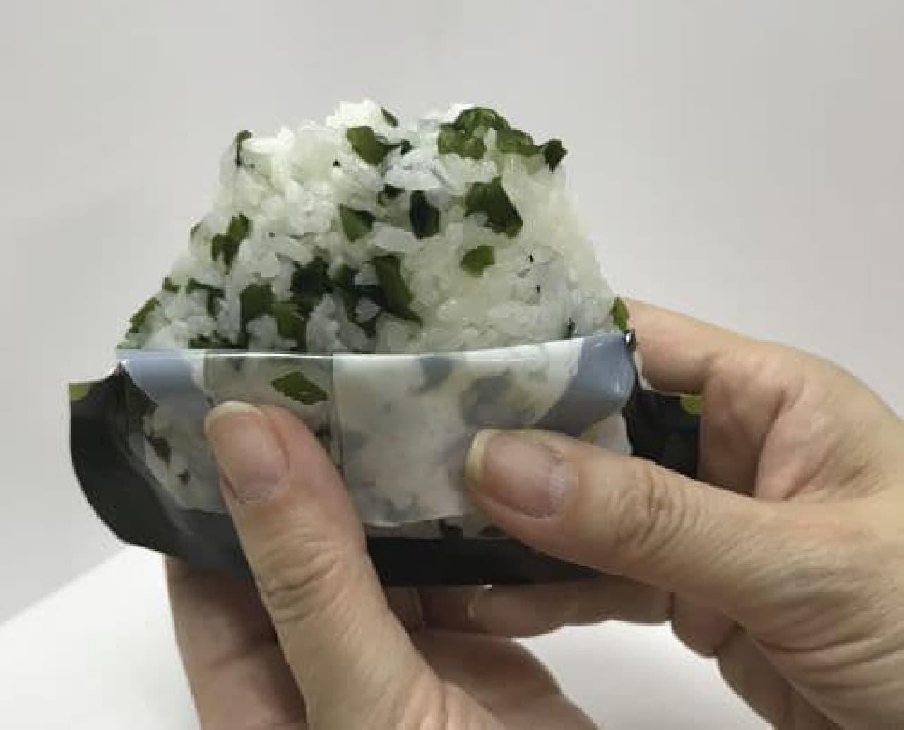 「にぎらずにできる携帯おにぎり」はお湯または水を入れるだけで、にぎらずに三角形のおにぎりができる商品