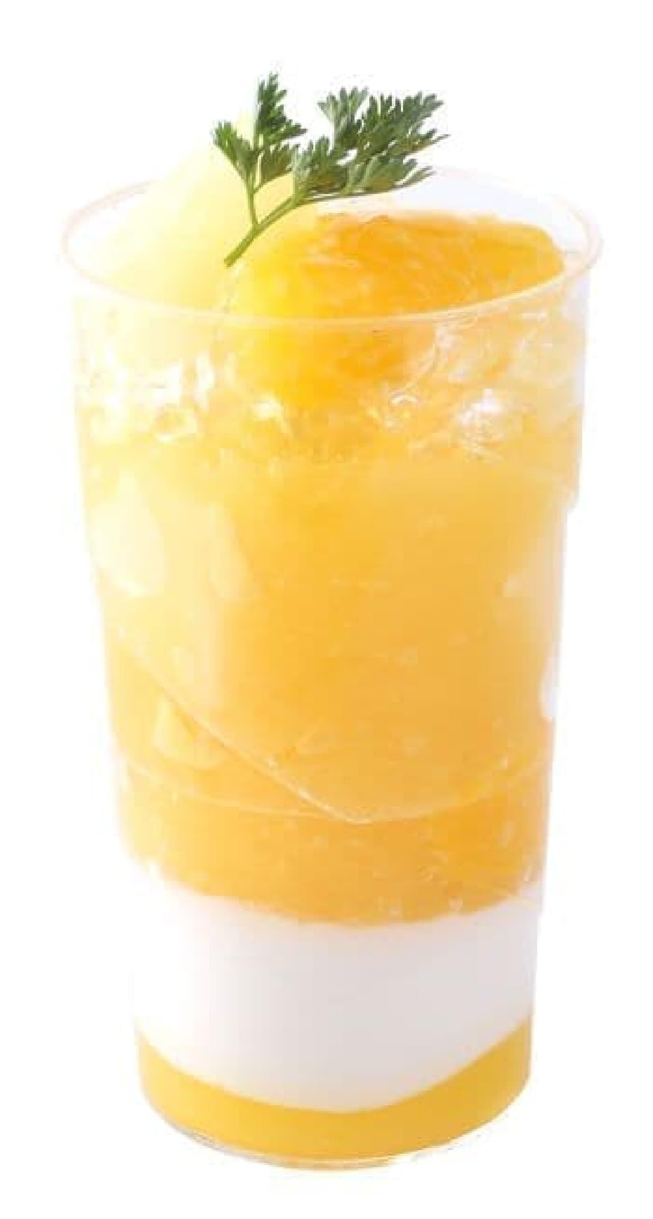 「ヴェリーヌ・オ・アナナス」は、トロピカルなパイナップルジュレにココナッツジュレとオレンジソースが重ねられたスイーツ