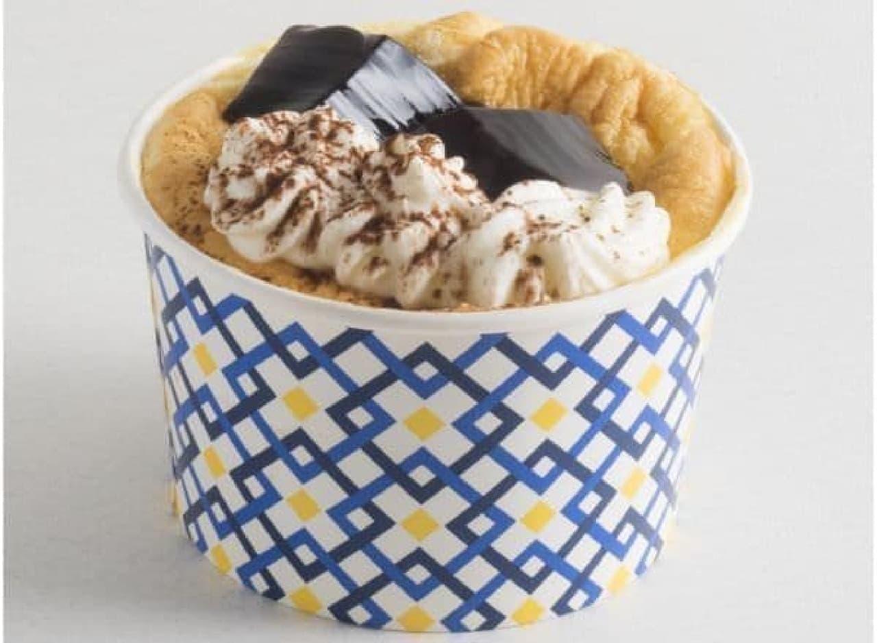 「ザ・デコレーションシフォン(コーヒーゼリー)」は、コーヒーゼリーがトッピングされたカップ入りシフォンケーキ
