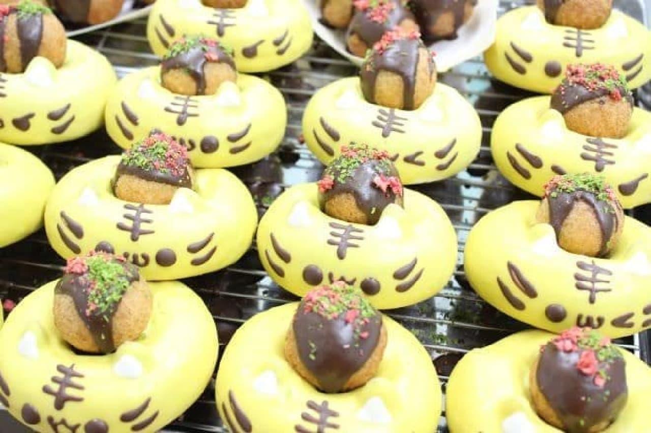 「たこ焼きタイガーくん」は、大阪名物の「たこ焼き」をモチーフにしたドーナツとどうぶつドーナツの「タイガーくん」のセット