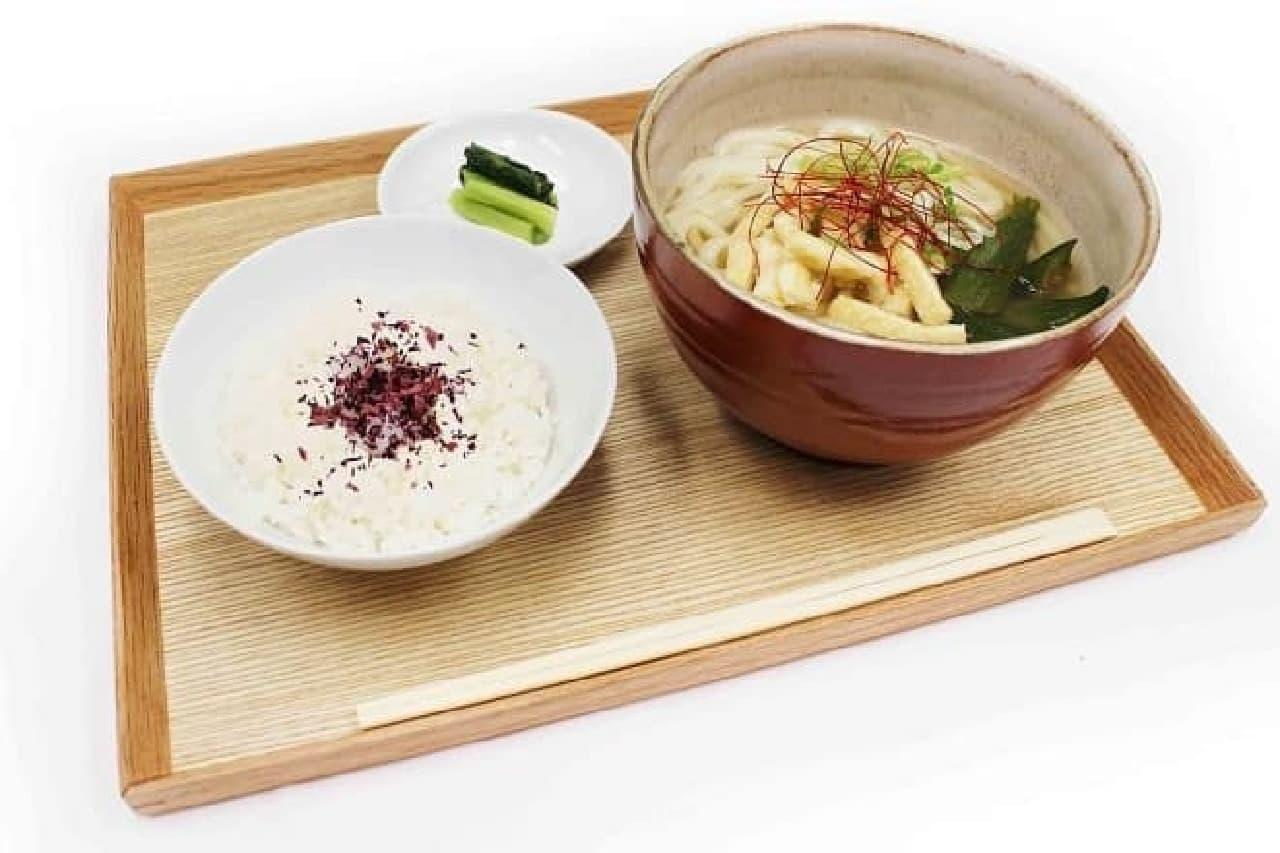 カフェコムサと祇園辻利のコラボ「ほうじ茶出汁とオクラのおうどん」