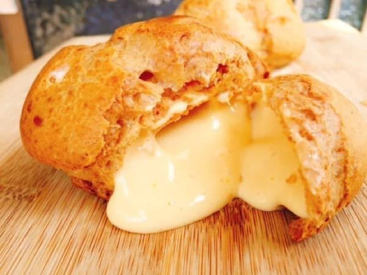 幻のはちみつシュークリームは、ローザンヌオリジナルブレンドの蜂蜜をたっぷり使用したスイーツ
