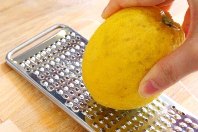 レモンをすりおろすところ