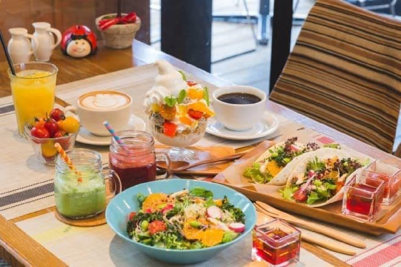 「朝パフェ」や「パワーサラダ」など土日限定のモーニングメニューが、吉祥寺の「カフェゼノン」で期間限定で販売される
