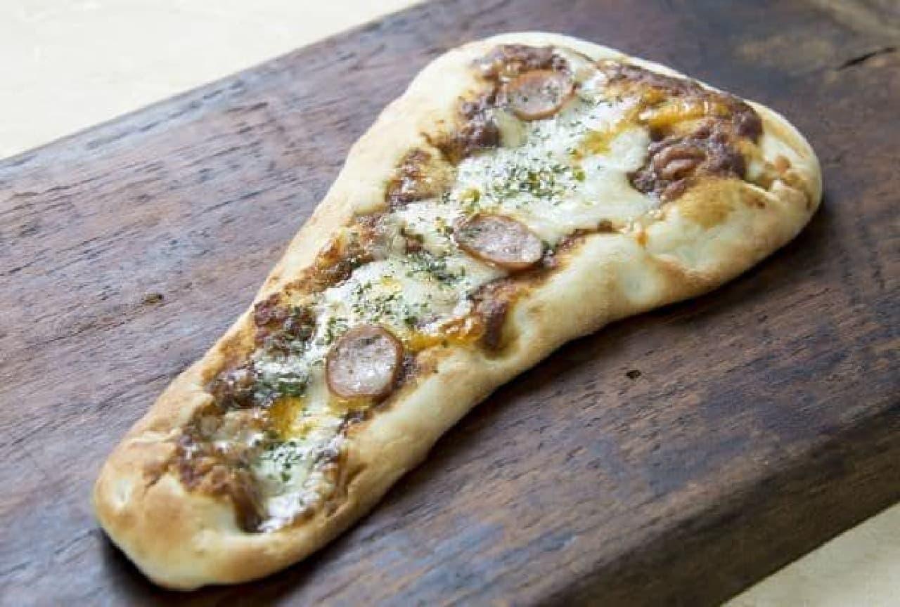 「ナンのピザ スパイシーカレー」はナンにカレーソース、シュレッドチーズ、あらびきソーセージをトッピングしたナンピザ