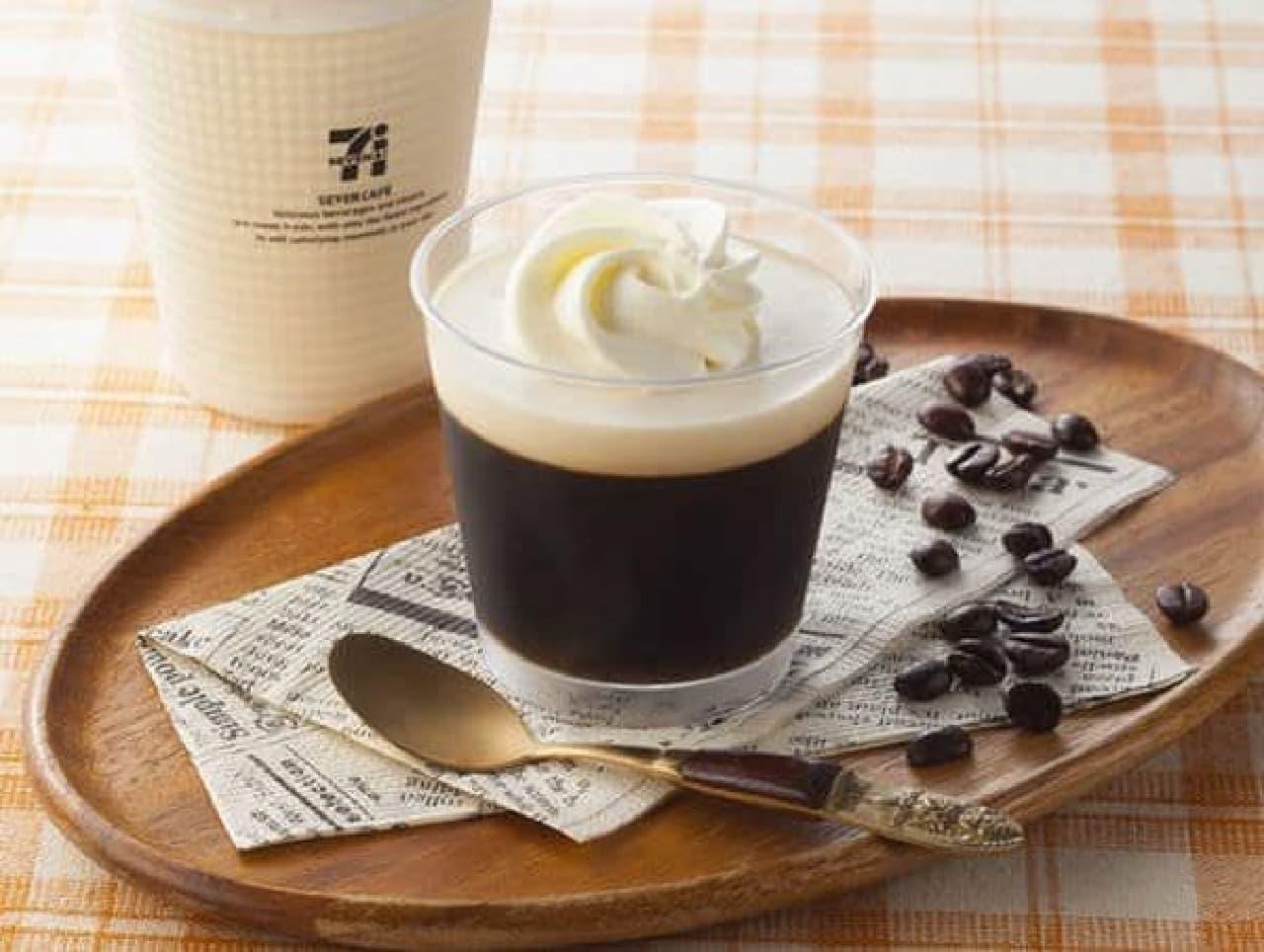 「コーヒーフロートゼリー」は、ミルクムースとホイップクリームがのったコーヒーフロート風のスイーツ
