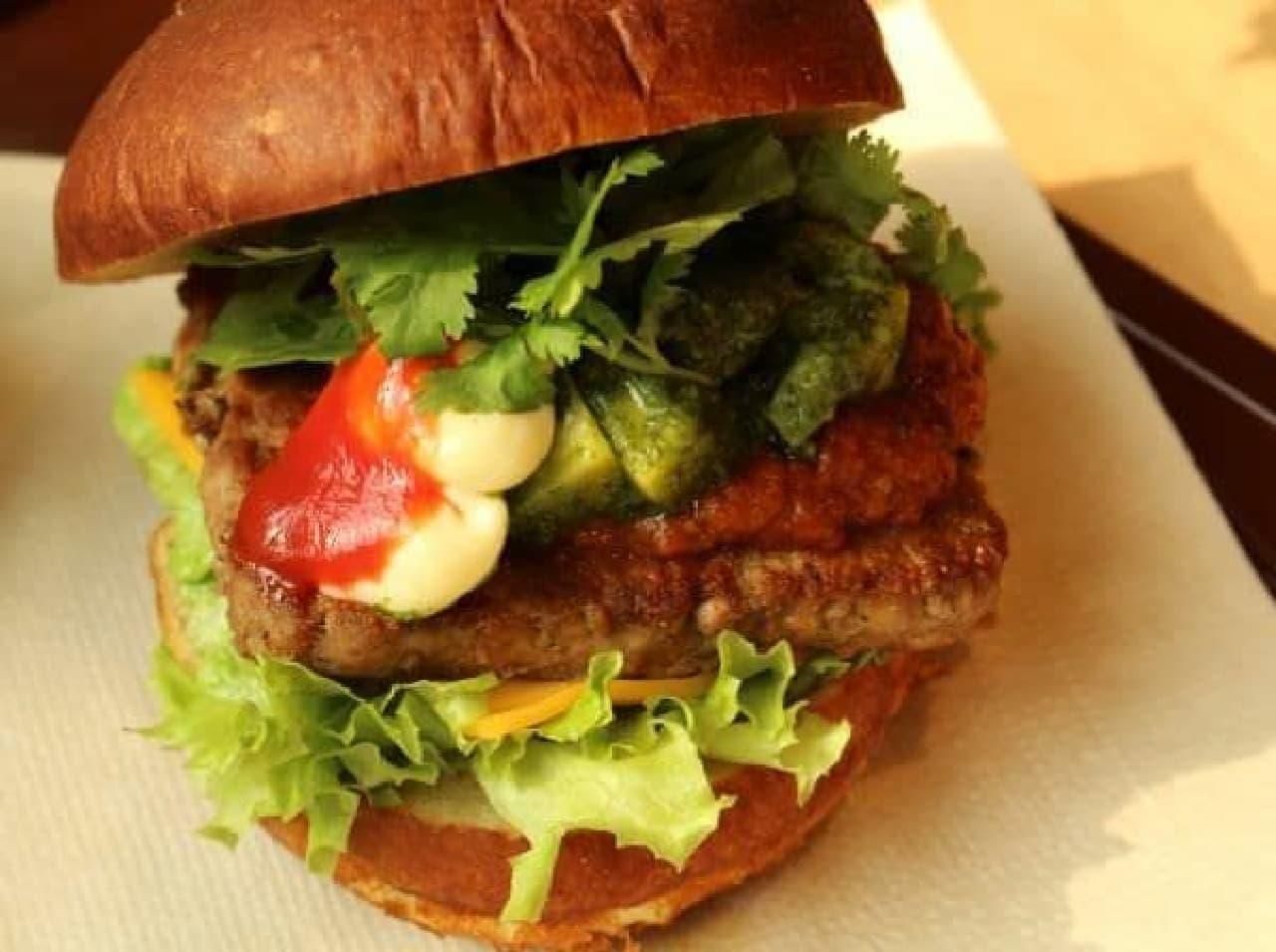 「プレッツェル チリ アボカドパクチーバーガー」はチリソースとアボカド、国産パクチーの風味が楽しめるバーガー