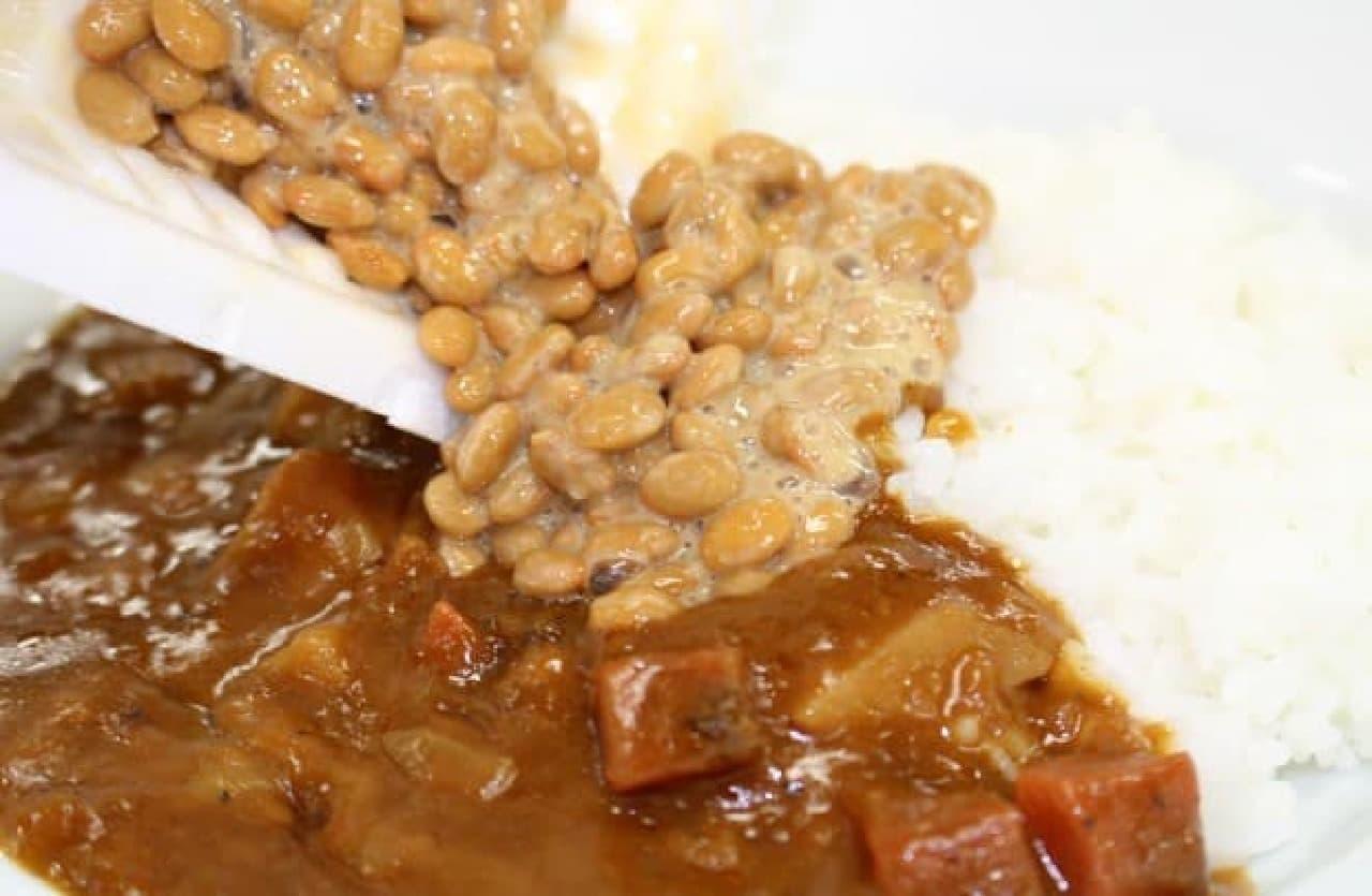 カレーライスに納豆をトッピング