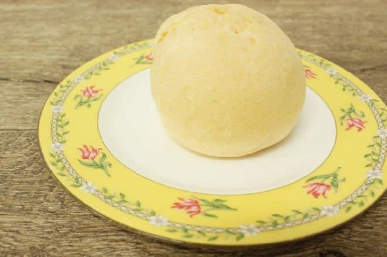 「さわやかレアチーズのしろもこ」は白い皮で白いチーズムースが包まれたシュークリーム