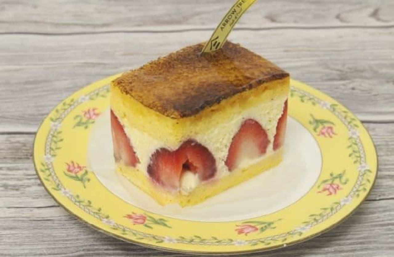 「神戸ムースリーヌ」は、ふわっとなめらかなカステラ生地と苺の程よい酸味のバランスが絶妙な一品