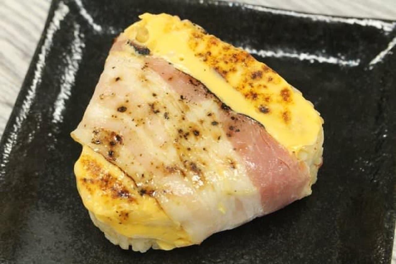 ファミマの「炙り焼き ベーコンチーズおむすび」