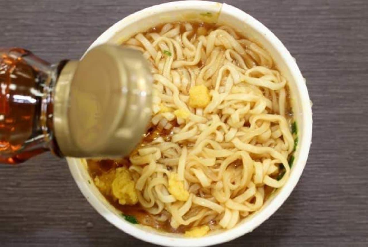カップヌードルにお酢とごま油を入れると冷やし中華になる