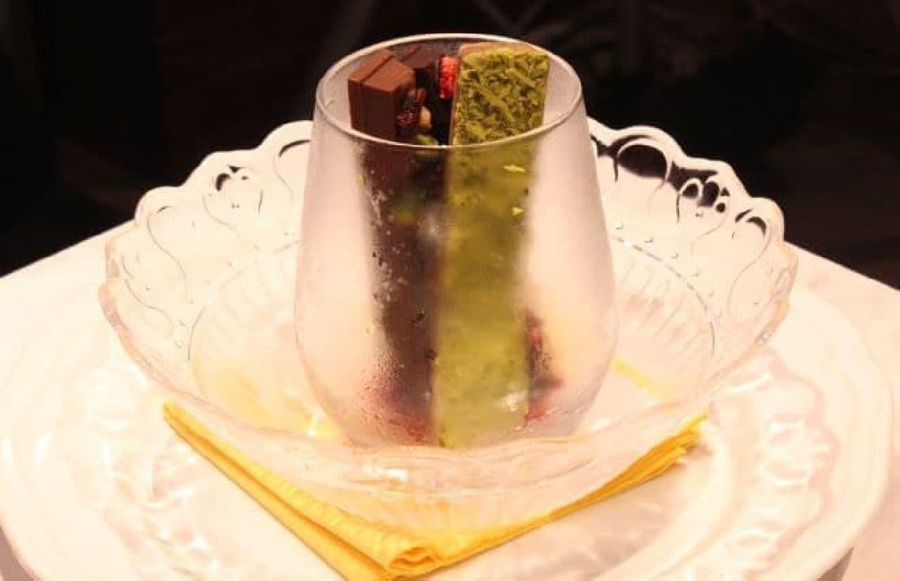 「氷点下ショコラトリー 窒素がけ」は冷やされた モレゾン2本と抹茶風味のアイスモナカ1本がアソートされたスイーツ