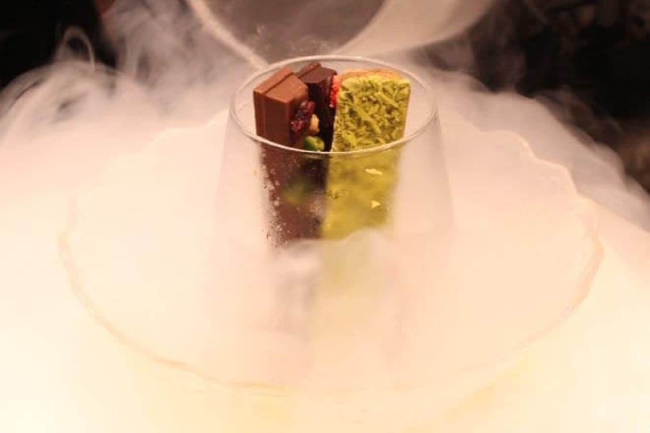 「氷点下ショコラトリー 窒素がけ」に液体窒素をかけているシーン