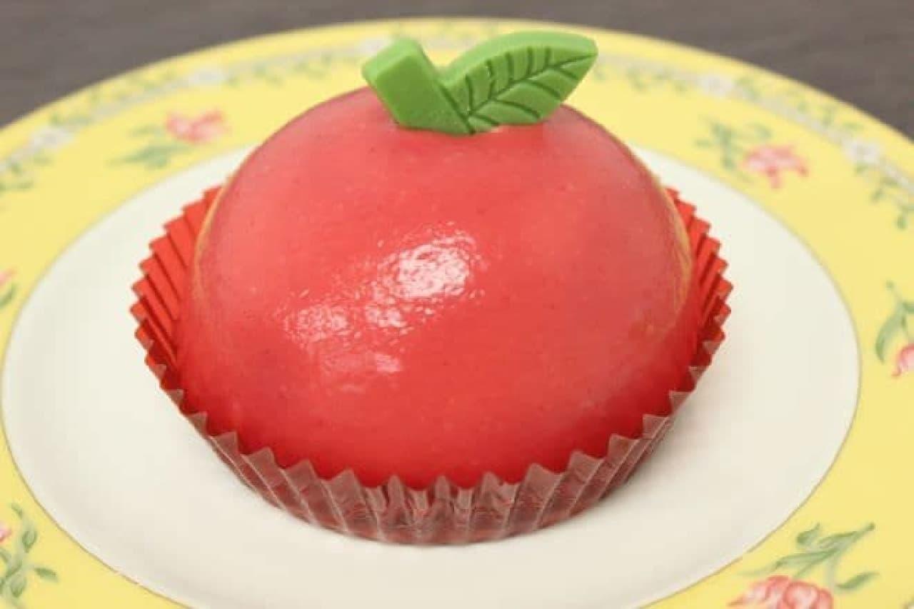 カスタードホイップとリンゴのケーキは赤いソースが鮮やかなスイーツ