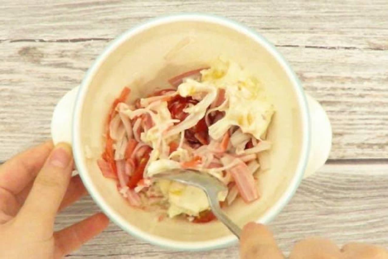 ミニトマト、サラダかまぼこ、コーンマヨネーズを混ぜるところ
