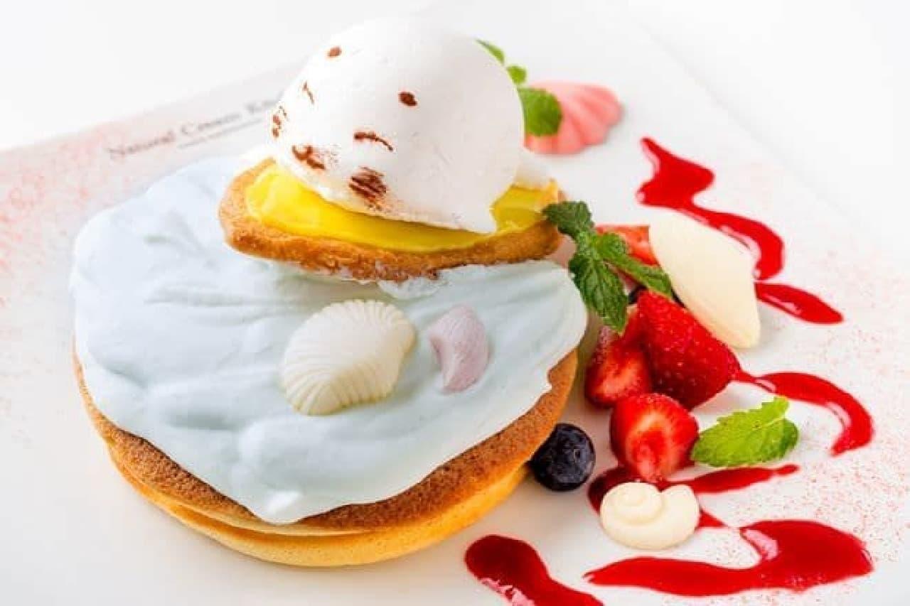 """「ノリノリ波乗りパンケーキ」はモチモチのパンケーキにスーパーフード""""スピルリナ""""を使った青いクリームがかけられているスイーツ"""