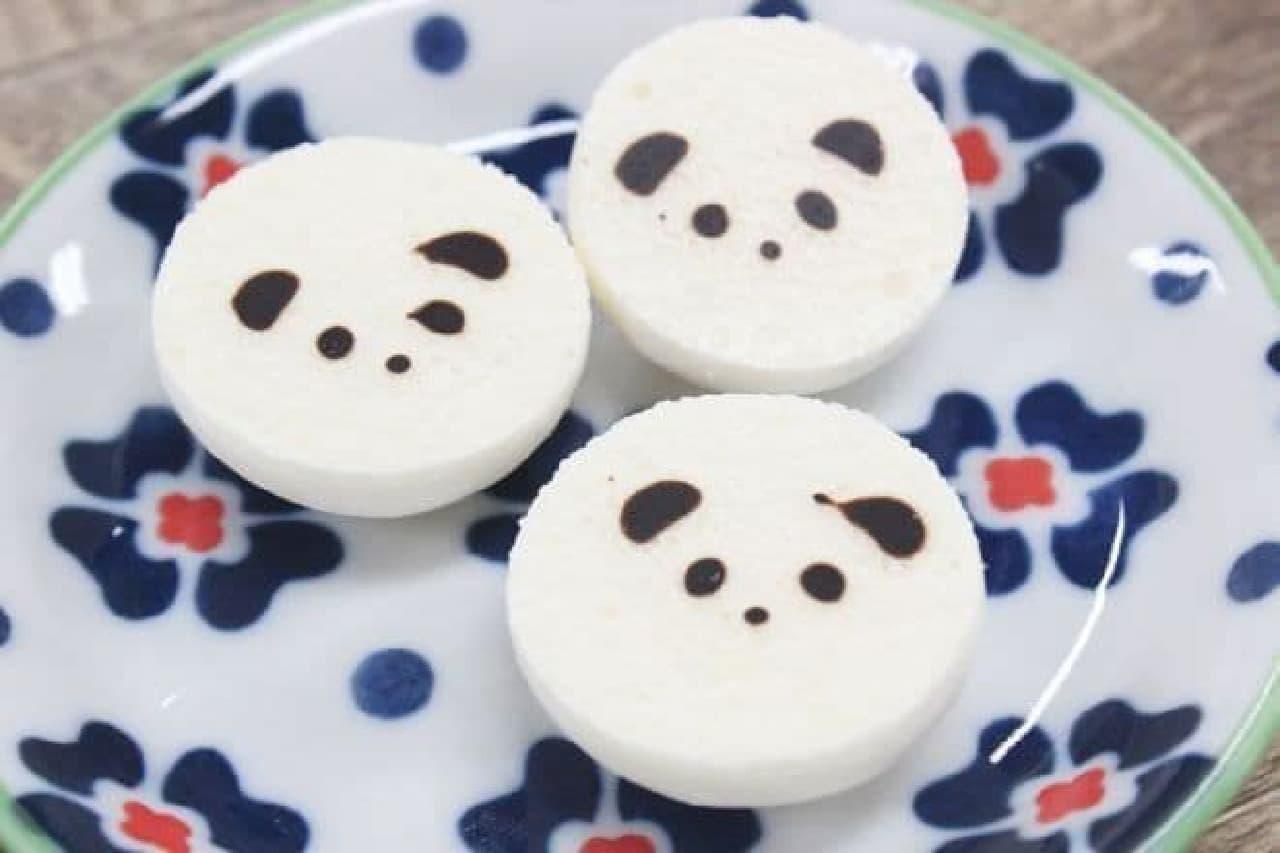 和楽紅屋の「夏のふわころパンダ」は、親子パンダのケースに入った軽い食感のメレンゲ菓子