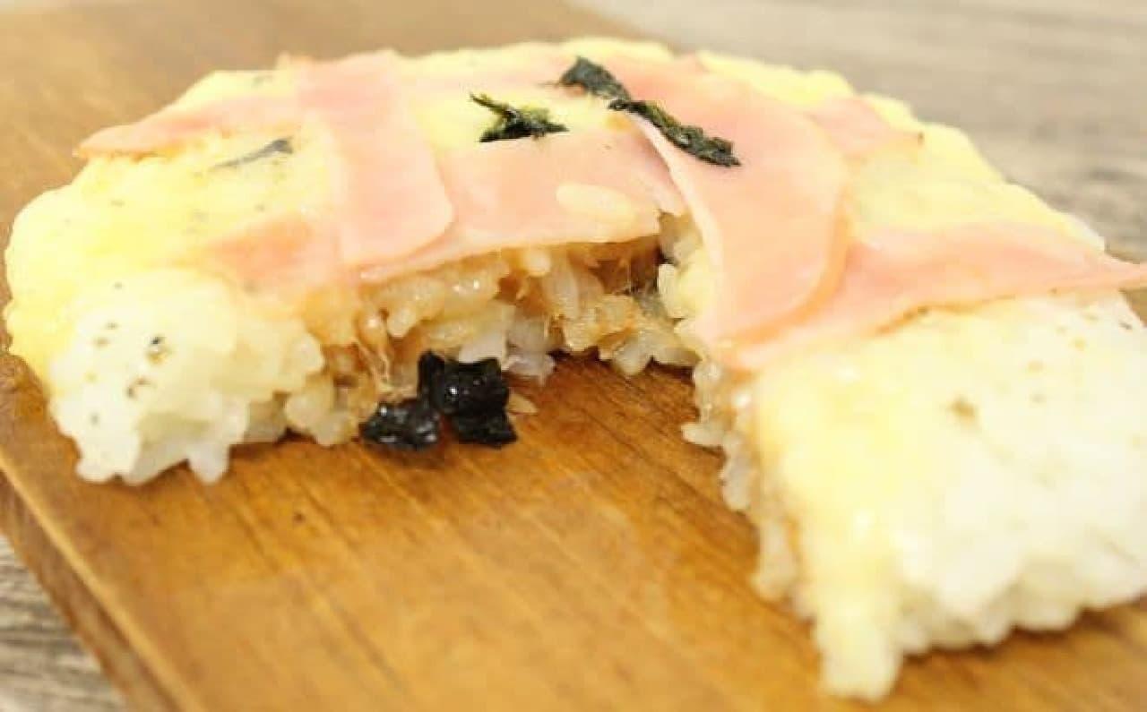 コンビニのおにぎりで作るお米ピザ(ツナマヨ)