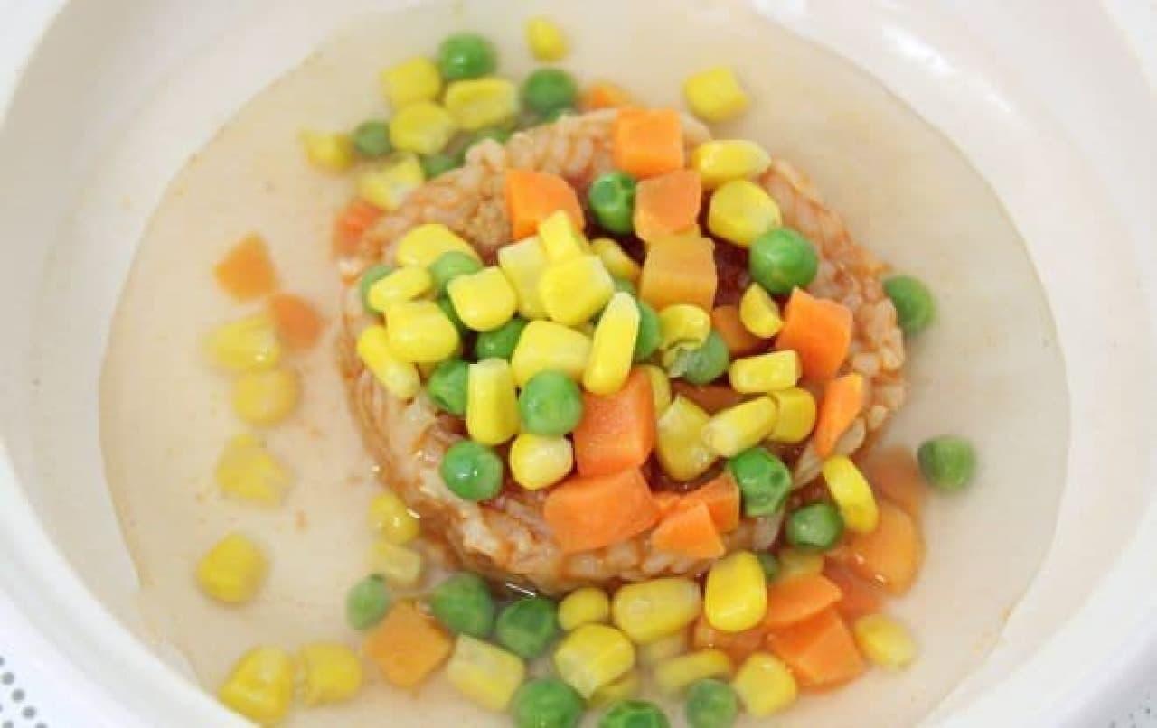 「ふんわり玉子のオムライス」とその他の材料を鍋に入れる