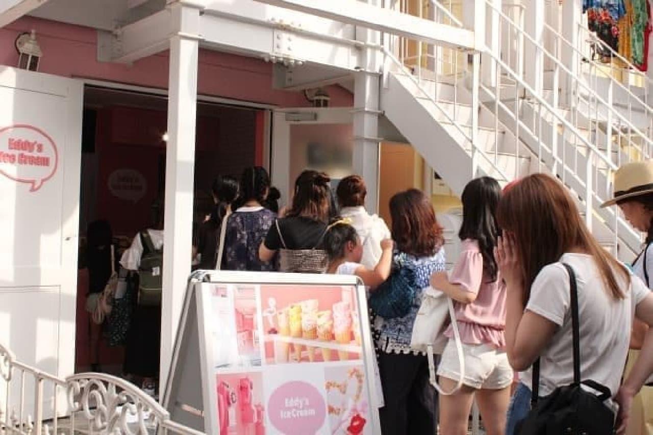 Eddy's Ice Creamに並ぶ人々