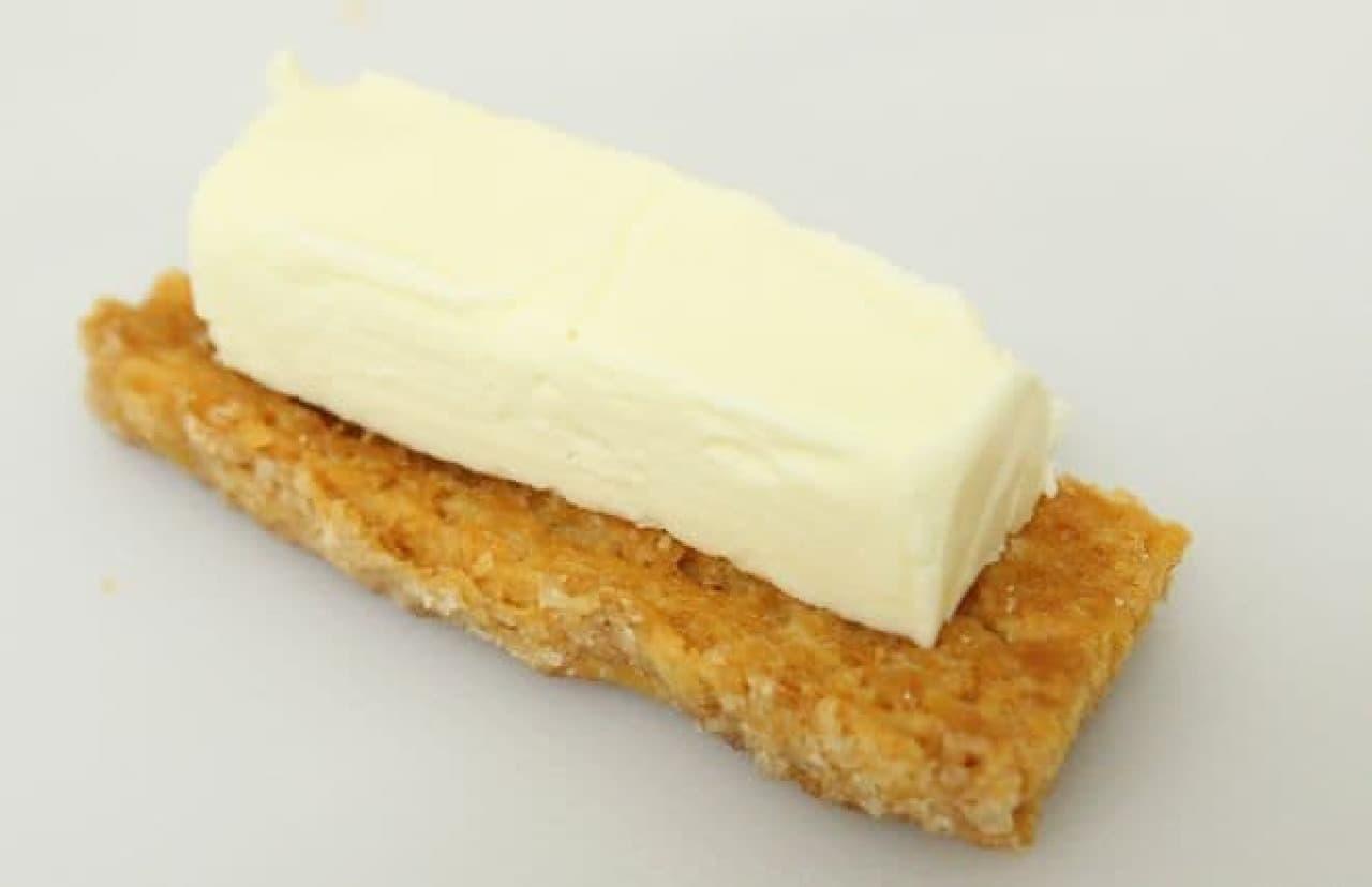割った『ホームパイ』にクリームチーズをのせる