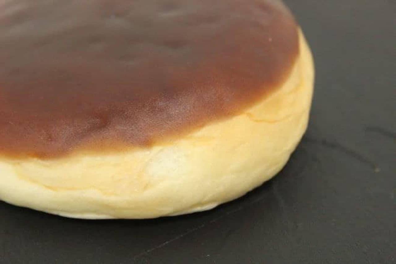 丸いあんパンの上に、茶色い羊羹がコーティングされた「羊羹ぱん」